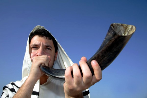 Man-Blowing-Shofar-Tallit