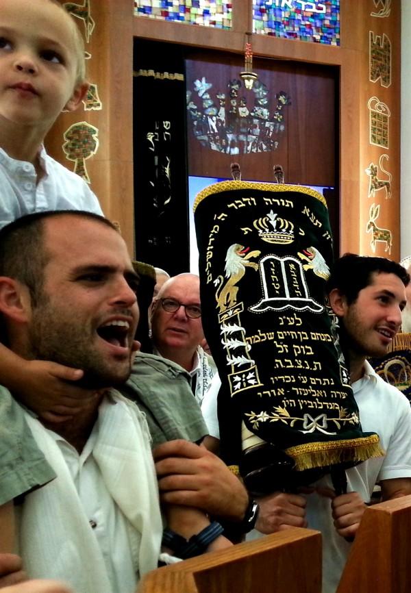 Simchat-Torah-Israel-synagogue