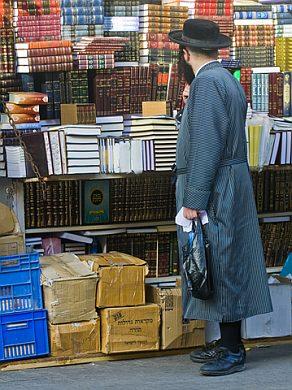 Orthodox Jewish man-Books-Jerusalem