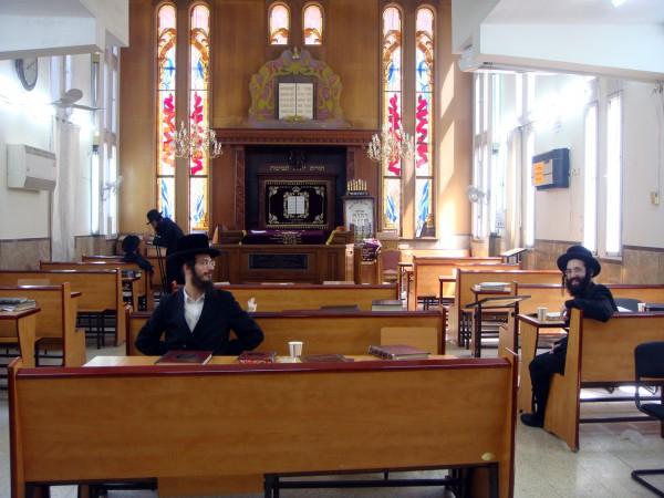 Chasids-Sitting-Synagogue-Israel