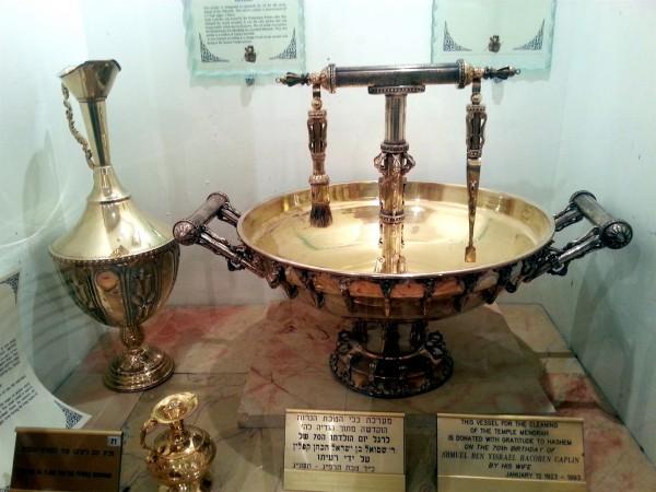 golden-oil-flask-menorah-vessels