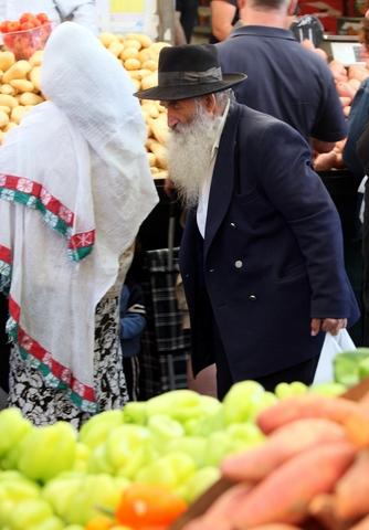 Chasidic-Jewsh-man-market-Jerusalem-Israel
