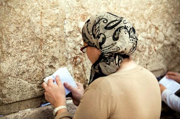 Woman-prayer-siddur-Wall-Kotel