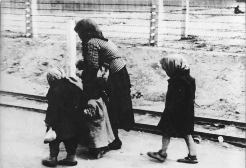 Zentralbild/Repro, 28.6.1960 Dokumentarfotos zu den Verbrechen des Judenmörders Eichmann. Für das Zusammenziehen der jüdischen Bevölkerung in Ghettos auf dem Gebiet der Tschechoslowakei und für den Transport zahlloser jüdischer Männer, Frauen und Kinder verschiedner Nationalitäten in die Vernichtungslager, wie z.B. Auschwitz-Birkenau, ist Judenmörder EICHMANN an führender Stelle mitverantwortlich gewesen. Die dokumentarischen Fotos gehören zu einer Anzahl Aufnahmen, die von dem aus Nordböhmen stammenden SS-Mann Bernhard WALTER mit Eichmanns Genehmigung in Auschwitz angefertigt wurden [