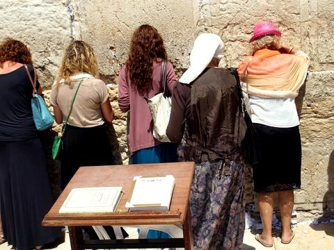 women-pray-Kotel-Western-Wall
