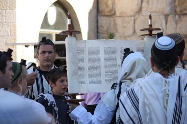 Sefer-Torah-Hagbaa