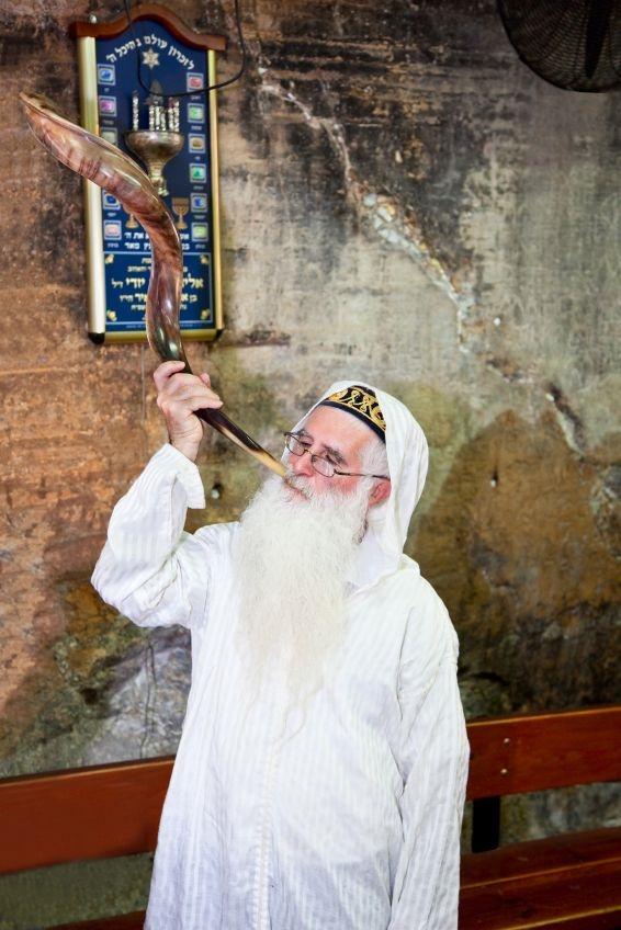 Passover-Haifa-Elijah-tomb-shofar