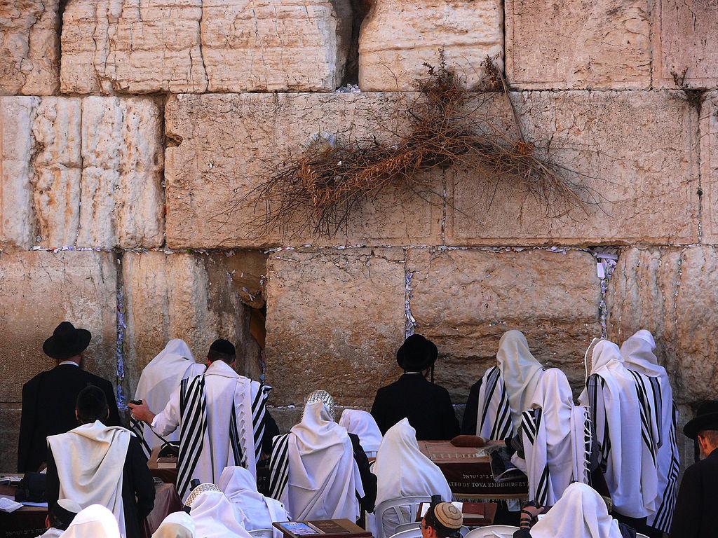 Jews-pray-at-the-Western-Wall
