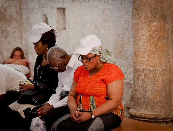 People_praying_at_the_Cenacle