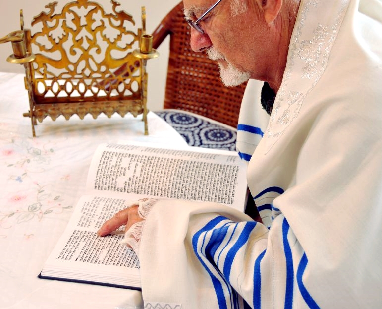 Rabbi-reading-torah-tallit