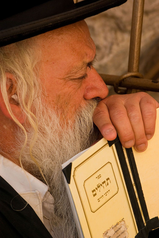Western_Wall_Telihim_Jerusalem_Orthodox_Man_Prays