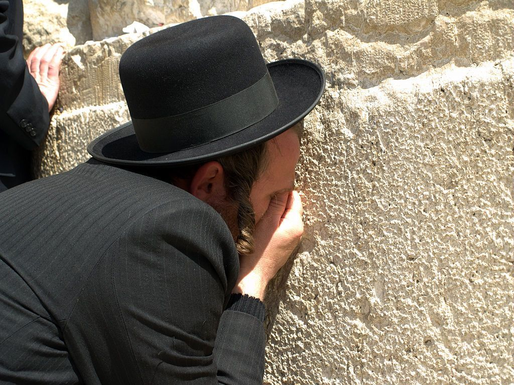 Orthodox_Man_praying_at_the_Western_Wall