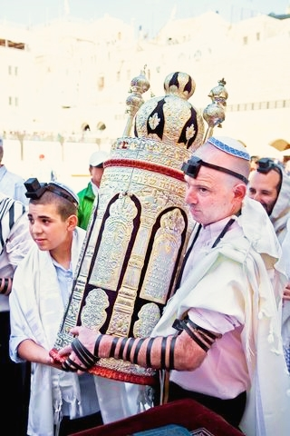 carrying-Torah-scroll-Kotel