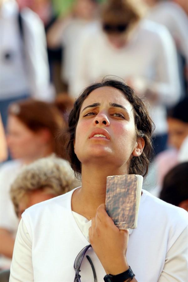 woman-praying-at-the-Kotel