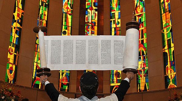 Synagogue-Torah-lifted
