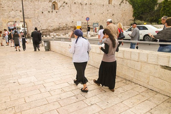 walking jewish-females-Jerusalem