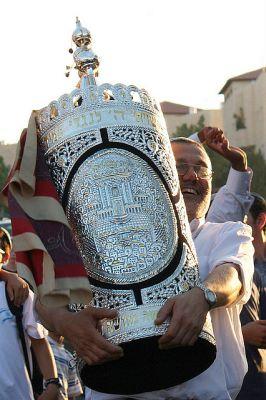 Israeli man-carries-Torah-decorated wood-silver case-tik