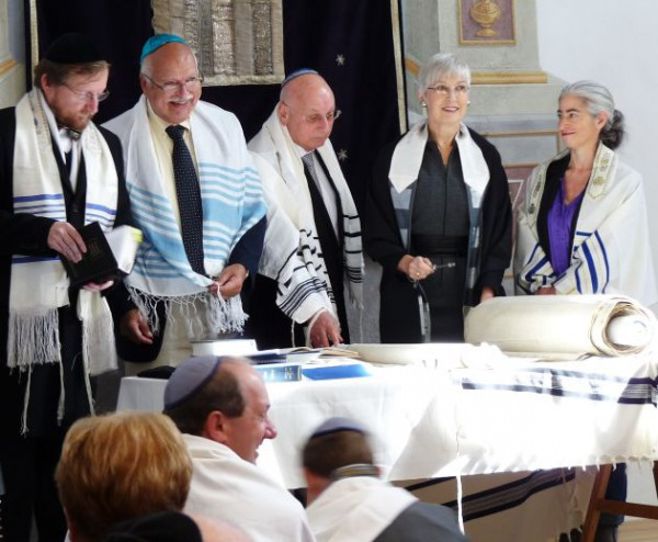 Torah-reading-Czech Republic-tallit