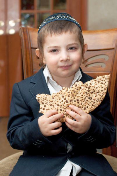 Boy-eats-shmura matzah-Passover