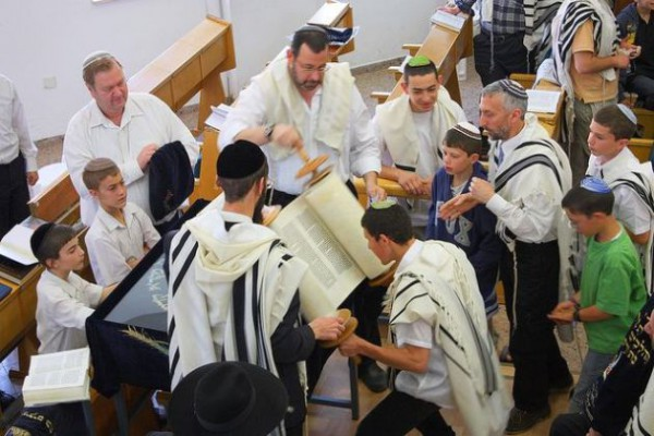Torah-Scroll-Hagbah-Congregation
