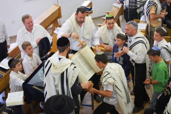 Torah-Scroll-Congregation