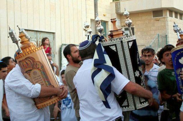Torah-scrolls-wooden-cases-tiks