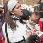 prayer-woman-kotel-baby