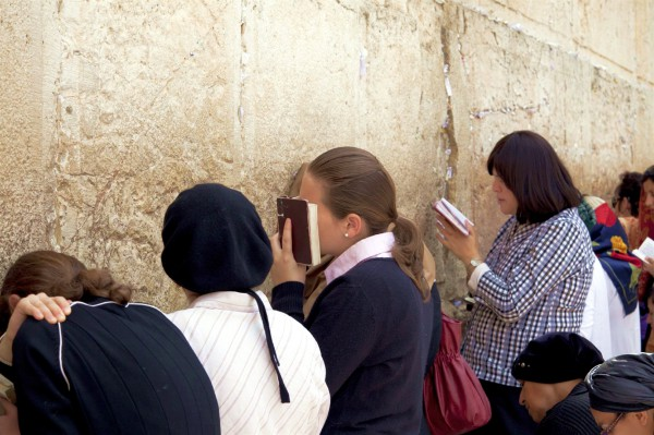 women-pray-at-the-Kotel