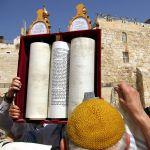 Hagbah_Sefer_Torah_Western_Wall