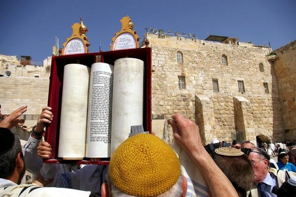 Hagbah_Sefer_Torah_Western Wall