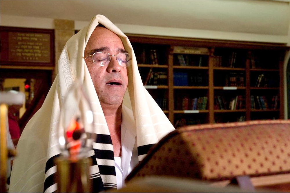 A rabbi recites the prayers of Elul, singing traditional Jewish melodies.