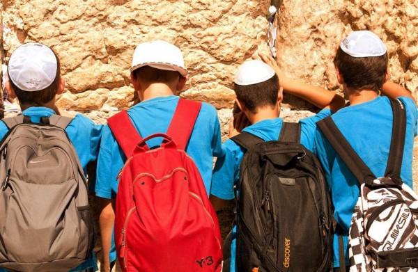 Children pray Western Wailing Wall Kotel