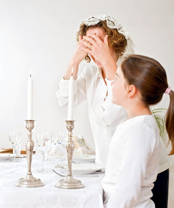 Lighting shabbat candles
