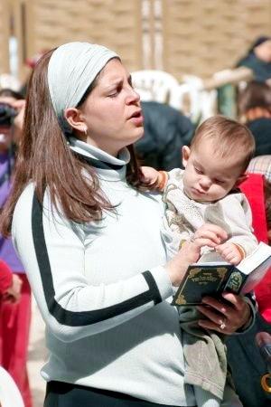 Jewish woman mother pray siddur Kotel