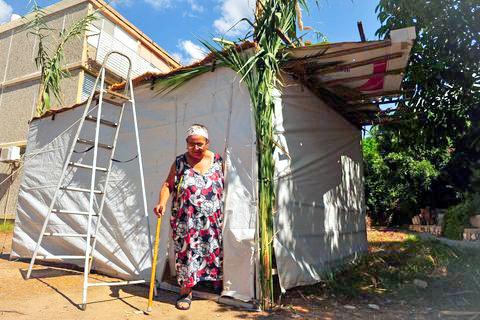 Sukkot-sukkah-elderly