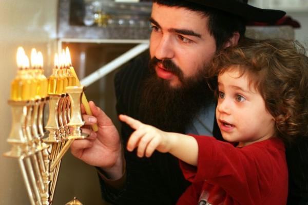 Orthodox Jewish_Menorah_Hanukkah_family