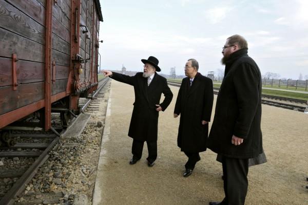 Auschwitz-Moon-Lau-Cywinski-trains