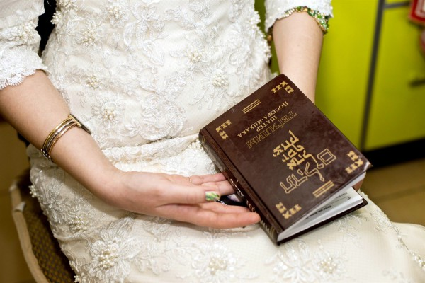 A Jewish bride prepares to read from the Psalms.