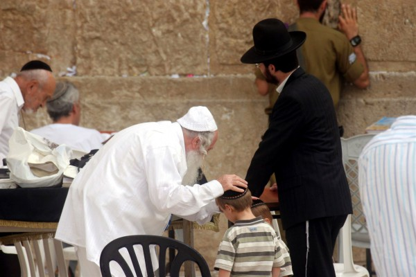 Kotel-family-prayer