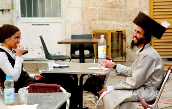 An Orthodox Jewish couple enjoy a bite to eat in Jerusalem. (Photo by opalpeterliu)